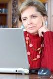 vuxen bärbar dator genom att använda kvinnan royaltyfri bild