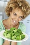 vuxen broccoli som rymmer den mitt- plattakvinnan royaltyfria foton