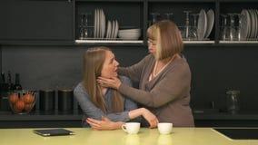 Vuxen dottergråt och moder som försöker att lugna henne stock video