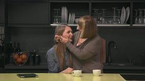 Vuxen dottergråt och moder som försöker att lugna henne lager videofilmer
