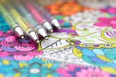 Vuxen färgläggningbok, ny trend för spänningsavlösning Konstterapi-, mental hälsa-, kreativitet- och mindfulnessbegrepp royaltyfri fotografi