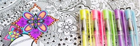 Vuxen färgläggningbok, ny trend för spänningsavlösning Konstterapi-, mental hälsa-, kreativitet- och mindfulnessbegrepp fotografering för bildbyråer