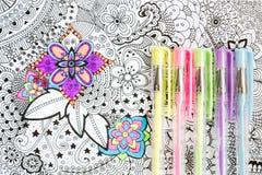 Vuxen färgläggningbok, ny trend för spänningsavlösning Konstterapi-, mental hälsa-, kreativitet- och mindfulnessbegrepp royaltyfria foton