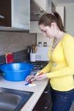 Vuxen flicka med färgrika klädnypor Arkivbild