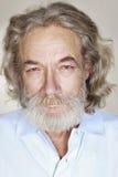 Vuxen gamal man med grått hår Arkivbild