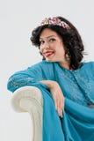 Vuxen kvinna i blå abaya Arkivfoton