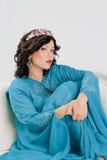 Vuxen kvinna i blå abaya Fotografering för Bildbyråer