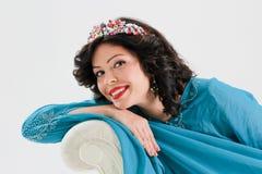 Vuxen kvinna i blå abaya Arkivbilder