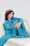 Vuxen kvinna i blå abaya Royaltyfri Bild