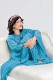 Vuxen kvinna i blå abaya Royaltyfria Bilder