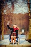 Vuxen kvinna på att vinka för rullstol Royaltyfria Bilder