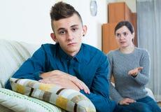 Vuxen kvinna som föreläser den unpleased tonåringen i hemmiljö Arkivbild