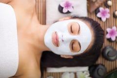 Vuxen kvinna som har skönhetbehandlingar i brunnsortsalongen Royaltyfri Bild