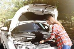 Vuxen kvinna som reparerar bilen Royaltyfri Foto