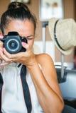 Vuxen kvinna som siktar med kameran arkivfoto