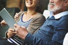 Vuxen lycka för par som skrattar feriebegrepp arkivfoton