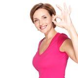 Vuxen lycklig kvinna med ok gest Royaltyfria Bilder