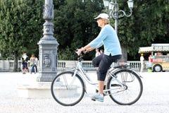 Vuxen människa med cykeln Royaltyfri Bild