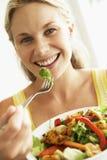 vuxen människa som äter den sunda mitt- salladkvinnan Arkivfoto