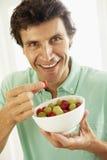 vuxen människa som äter nya den mitt- fruktmannen Arkivfoton