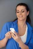 vuxen människa som skrattar den mitt- texting kvinnan arkivbild