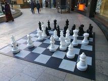 Vuxen människa-storleksanpassad schackuppsättning Royaltyfria Bilder