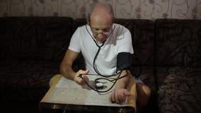 Vuxen man, blodtryckmätningar H?lsov?rd i vuxenliv stock video