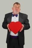 vuxen man för godisdagkyss som erbjuder s-valentinen Royaltyfria Bilder