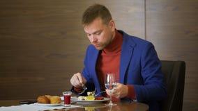Vuxen man som äter sallad i kafé under affärslunch sund näring för begrepp arkivfilmer