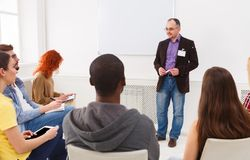 Vuxen man som i regeringsställning gör kopieringsutrymme för presentation Arkivfoton