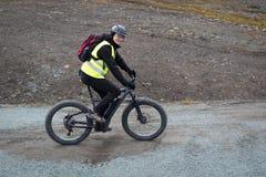 Vuxen man som rider en elektrisk fatbike Royaltyfri Foto