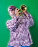 Vuxen man som spelar deppighet på en trumpet Royaltyfri Foto