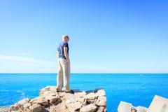 Vuxen man som tycker om ett ögonblick av frihet Arkivfoto