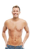 Vuxen man utan skjortan som poserar i studio Royaltyfri Foto