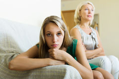 Vuxen olycklig dotter och moder som har konflikt Royaltyfri Foto