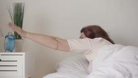 Vuxen sömnig kvinna som av vänder ringklockan Blå gammalmodig ringklocka som ringer i morgonen Morgontiden stock video