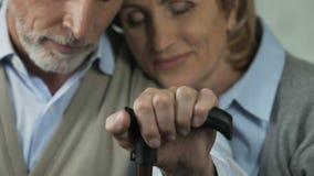 Vuxet gift par som stöttar och tar omsorg av de, förälskelsekassalådadöd stock video
