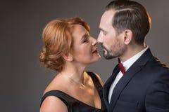 Vuxna älska par som tycker om closeness royaltyfri fotografi