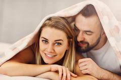 Vuxna attraktiva par i säng Arkivbilder