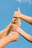vuxna barnhänder s Arkivbild