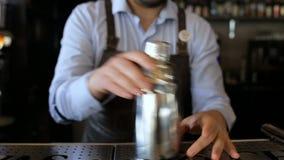 Vuxna bartenderdrev som gör tricket i stången stock video