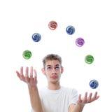 vuxna bollar som jonglerar barn Royaltyfri Foto
