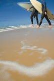 vuxna bräden som bär manlig, surfar två Royaltyfri Foto