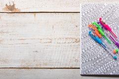Vuxna färgläggningböcker, ny trend för spänningsavlösning Arkivfoto