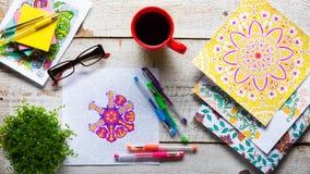 Vuxna färgläggningböcker, ny trend för spänningsavlösning arkivbild