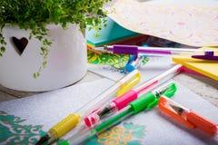 Vuxna färgläggningböcker, trend för spänningsavlösning, mindfulnessbegrepp royaltyfri foto