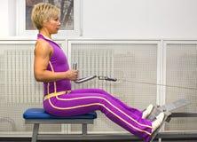 Kvinna i idrottshall Arkivfoton