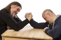 Vuxna män kopplas in, i armwrestling N?rbild som isoleras p? vit bakgrund arkivbild