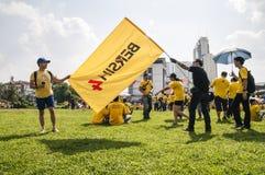 Vuxna män som rymmer den Bersih 4 flaggan Fotografering för Bildbyråer