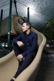 Vuxna människan på en lekplatsglidbana tände med exponeringen royaltyfria foton